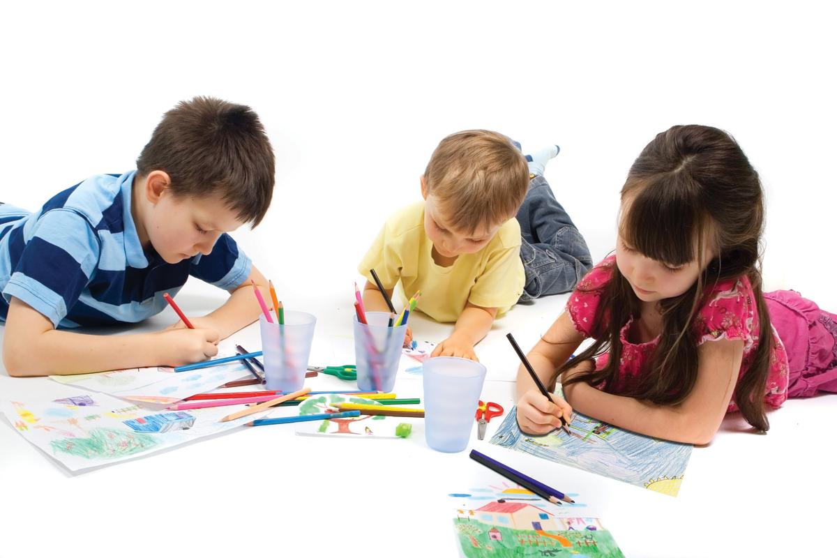 فنانة يابانية تُعلم أطفال