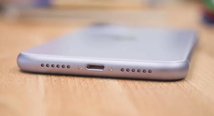 Apple تغير فتحة شحن iPhone إجباريا