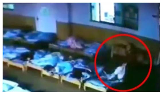 معلمة روضة تجر طفلا بوحشية أثناء نومه | شاهد ماذا حدث