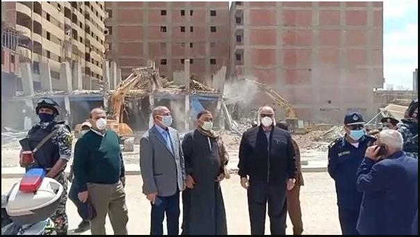 محافظ القاهرة يزيل ١٠ مبانى بدون ترخيص على جانبى ترعة الطواري