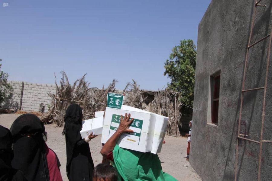 صور.. مركز الملك سلمان للإغاثة يوزع كراتين تمور في محافظتي مأرب والحديدة باليمن
