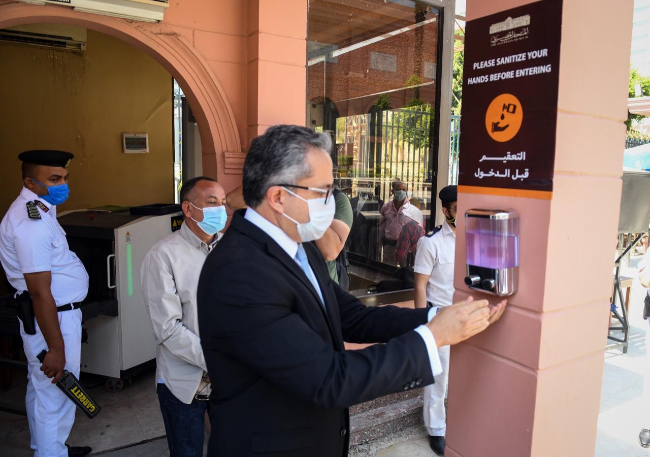 العناني يفتح أبواب المتحف المصري أمام الجمهور